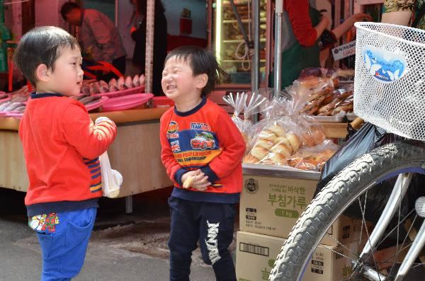 팔도시장에서 만난 개구쟁이 쌍둥이