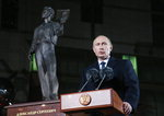 푸시킨 동상 앞 푸틴 대통령