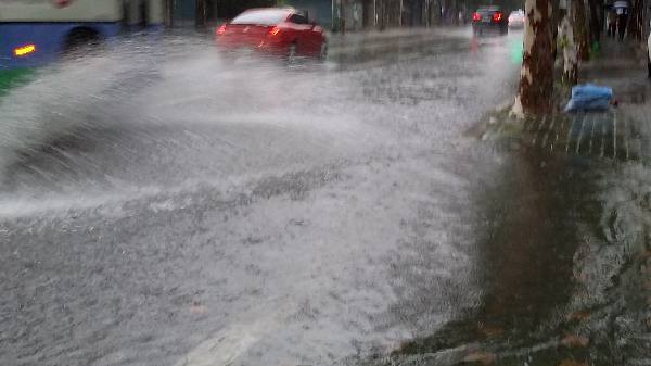 폭우만 내리면 잠기는 사상구 도로