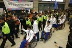 북한 장애인선수단 입국…미소와 손인사