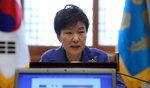 박 대통령 지지율 31.8%…하락세 둔화, 지지층 이탈은 계속
