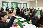 학생끼리 열띤 논쟁…중1 교실은 토론수업 '열공'