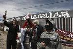 멕시코 장벽 앞 트럼프 비난 공연