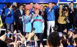 문재인, 서면서 3만 인파몰이…안철수, 봉하서 국민통합 행보