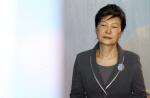 """박근혜, 법정서 휴대전화 사용 논란...""""재판 생중계 허용 뉴스 봤다"""""""