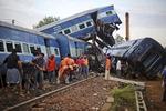 인도 열차 탈선…주민들이 직접 구조