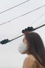 """[영상]전국 미세먼지 '보통' 보도에… """"부산은 여전히 마스크 쓴 시민 많아"""""""