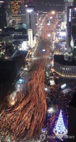 [촛불집회 1주년]광화문서 경찰 차벽 사라져, '靑 행진'은 취소