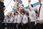 [영상] 부산 수능장, 응원 열기로 '후끈'...패딩 벗어 던진 후배들