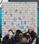 휴전벽 앞에 선 북한 장웅 IOC 위원