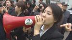 """이명박 검찰 출석 현장에 나타난 강유미""""다스 누구것?, 정치 보복이라 생각?"""""""