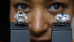 '아트걸' 무엇? 경매 예술 작품 촬영시 서는 여성 모델