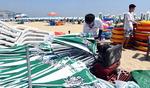 파라솔 설치 알바생 애환…해수욕장 뙤약볕·모래와 사투에 '파김치'