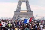 """[월드컵] 에펠탑 앞에 모인 9만 관중…열광의 """"비브 라 프랑스!""""(프랑스 만세)"""