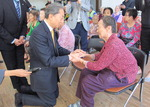 하토야마 전 일본 총리, 원폭 피해자 찾아 무릎꿇고 위로