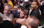 [UFC 하이라이트]챔피언 하빕, 맥그리거 꺾고도 퇴장 당한 이유는?