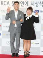 [국제포토] 김민기, 홍윤화 부부 '결혼 후 첫 공식석상' (KCA 문화연예 시상식)