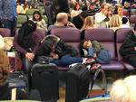 영국 공항 활주로 드론 난입, 승객 수천 명 발묶여 마비