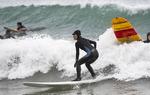 추위도 막을 수 없는 서핑 열정