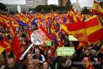 """스페인 우파 수만명 시위, """"카탈루냐에 양보 그만""""…페트로 산체스 총리 사임 주장"""