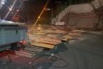 새벽에 도로 위에 합판 쏟아져 한때 교통통제
