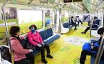 부산도시철도 전동차에 유채꽃 피다