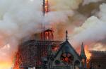 첨탑 무너지자 비명…눈물·기도로 뒤덮인 노트르담 화재 현장