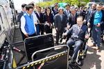 휠체어 타고 나래버스 오르는 오거돈 시장