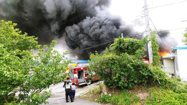 [1보] 김해 주촌면 공장 폐기물창고서 화재… 검은 연기 솟구쳐