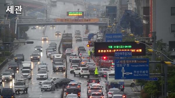강풍에 건물구조물 붕괴…김해공항 결항·지연 속출