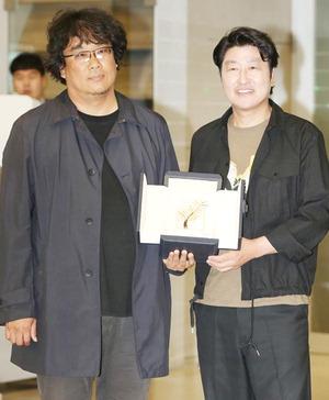 """귀국 봉준호 """"한국 관객과의 만남 가장 중요…설렌다"""""""