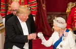 """버킹엄궁 국빈만찬 간 트럼프, 영국 여왕에 """"위대한 여성"""" 칭송"""
