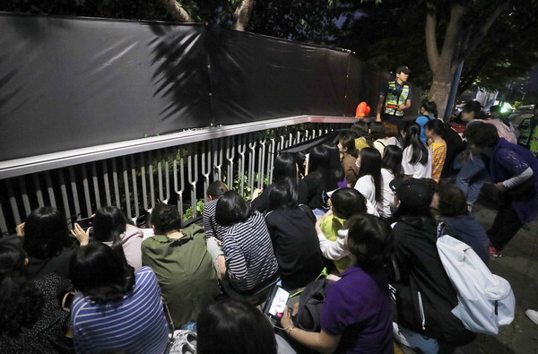 BTS 부산공연 이틀간 5만여 명 열광, '입장 거부·성희롱 피해' 항의 소동도