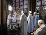 노트르담대성당 화재 후 첫 미사…안전모 쓴 신부들