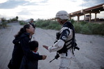 """""""미국 가게 해주세요"""" 인터넷 달군 멕시코 국경 '눈물의 母子'"""