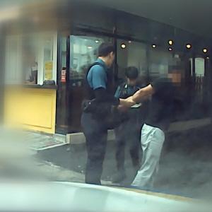 마약 수배 용의자 50대, 차로 카페 충돌 후 경찰에 붙잡혀'