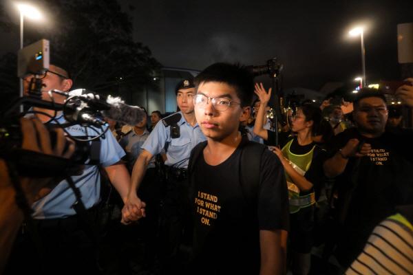 """홍콩 정부 """"우산혁명"""" 주역 조슈아 웡 체포…중국군 장갑차 출현"""