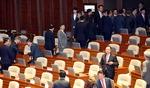 한국당, 연설 도중 'X 표'…문 대통령, 퇴장하는 의원들 쫓아가 악수