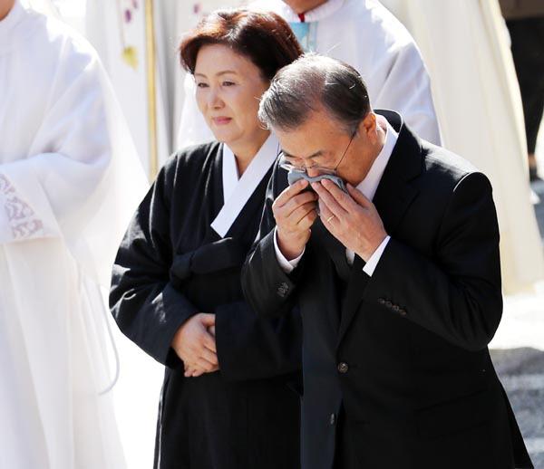 """""""하늘에서 아버지와 영원한 안식을""""…문재인 대통령 끝내 눈물"""