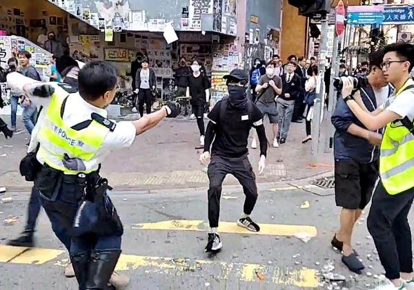 시위 참가자 향해 실탄 쏘는 홍콩 경찰관