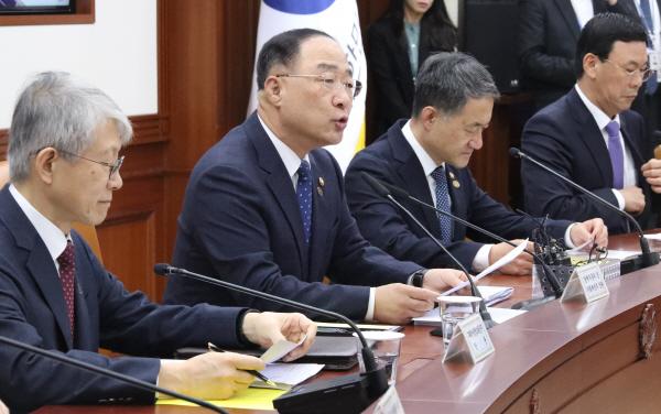 """홍남기 """"주택연금 가입연령 55세로 낮추겠다""""…주택도 공시가격 9억 이하로"""