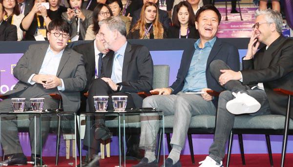 """방시혁 """"사람에 투자"""" 헤이스팅스 넷플릭스 CEO """"한국이 만들고 세계가 봐"""""""
