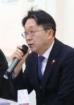 """자갈치 시장 찾은 김현준 국세청장 """"자영업 세무조사 내년말까지 유예"""""""