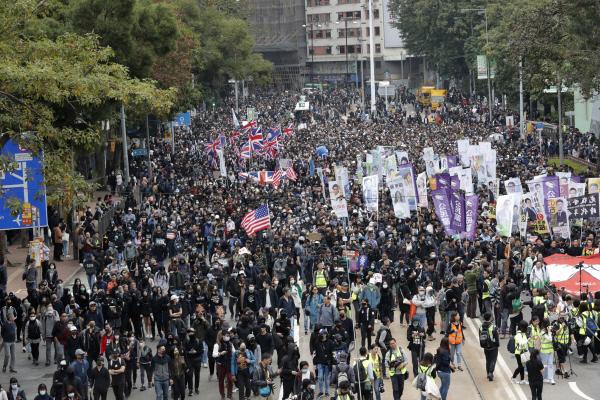 """홍콩 새해 첫날부터 시위대-경찰 격렬 충돌…""""100만 시민 참여"""""""