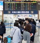 김해공항 보안직원 무더기 퇴사…출국장 북새통