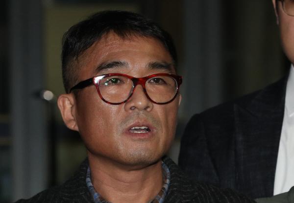 """가수 김건모, 12시간 조사 후 귀가…""""진실히 밝혀지기를"""""""