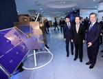 미세먼지 관측 위성 살펴보는 대통령과 국무총리