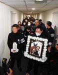 마사회·대책위 잇단 충돌…가까스로 치러진 문중원 경마기수 장례