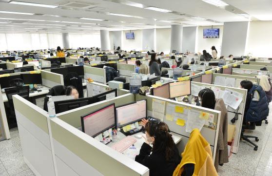 '밀집 근무' 콜센터 집단감염 취약…부산 148곳 긴급 방역