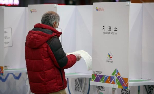 사전투표 8시 현재 투표율 0.86%…지난 총선의 두배 넘어